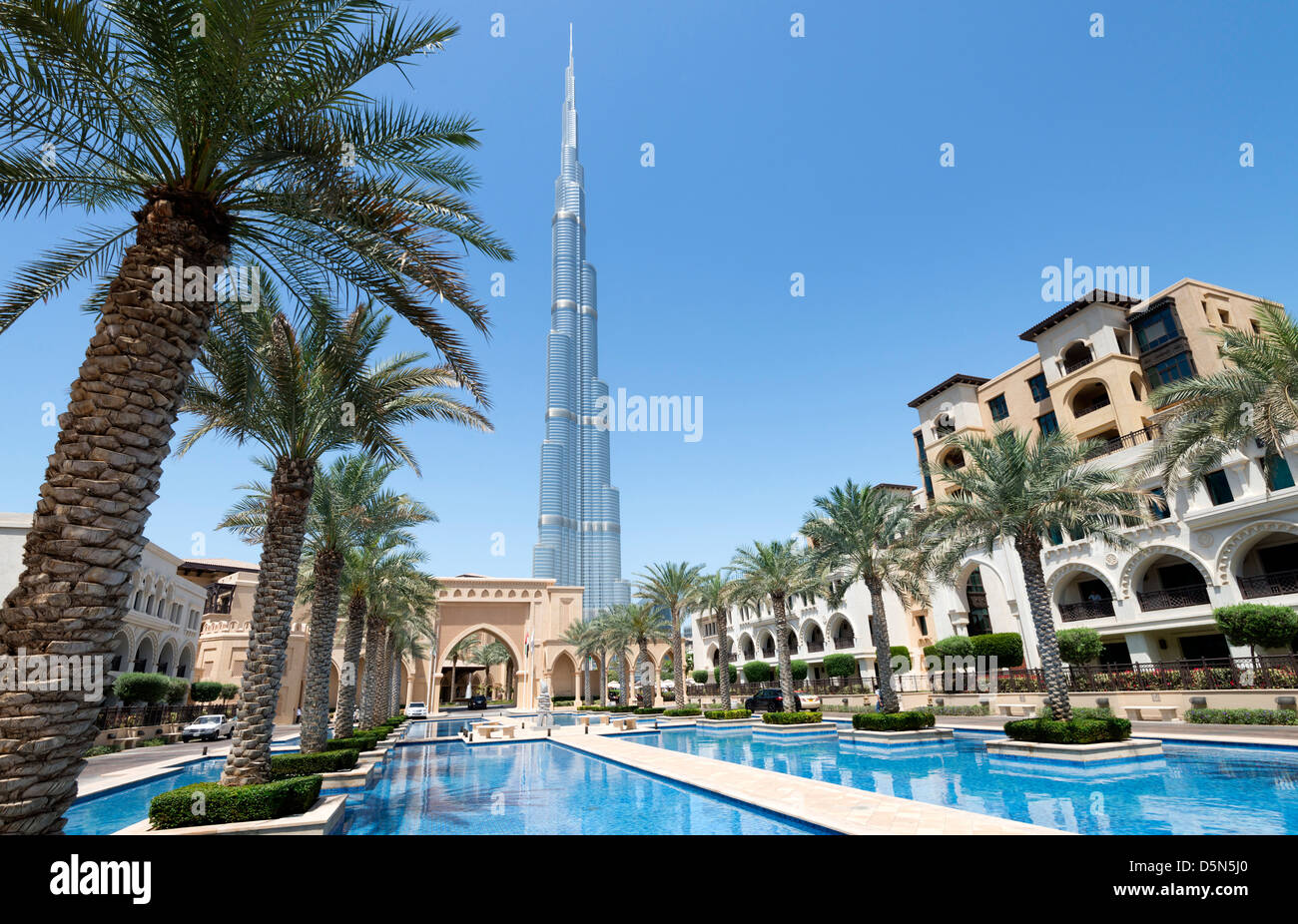 View of burj khalifa tower the world 39 s tallest structure for Dubai hotels near burj khalifa