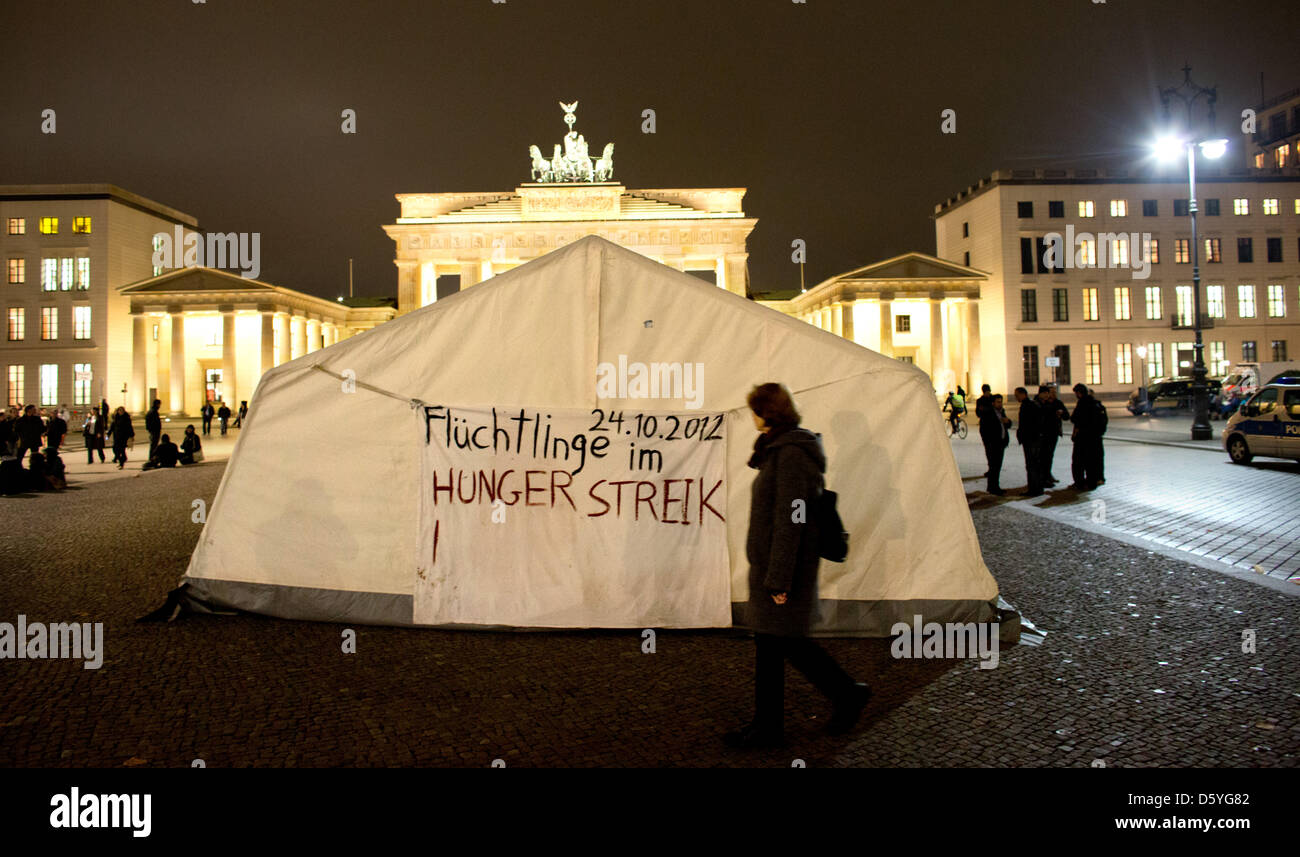 Asylum seekers have erected a tent in front of Brandenburg Gate and put up a poster : tent gate - memphite.com