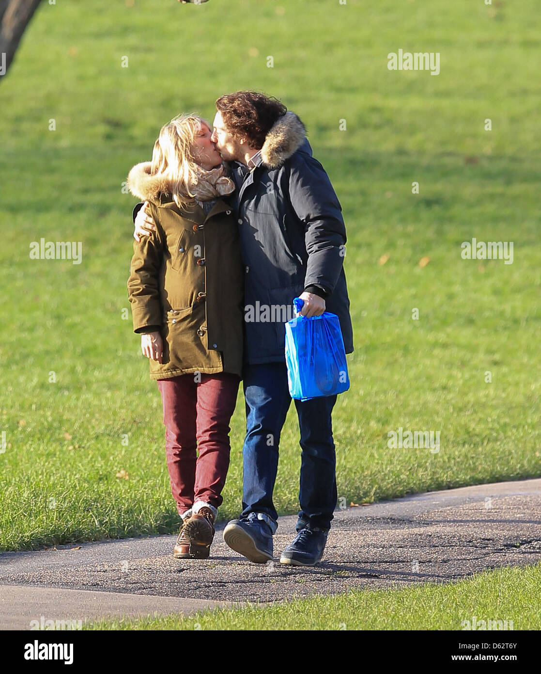 Pregnant Sam Taylor-Wood and Aaron Johnson share a kiss ...