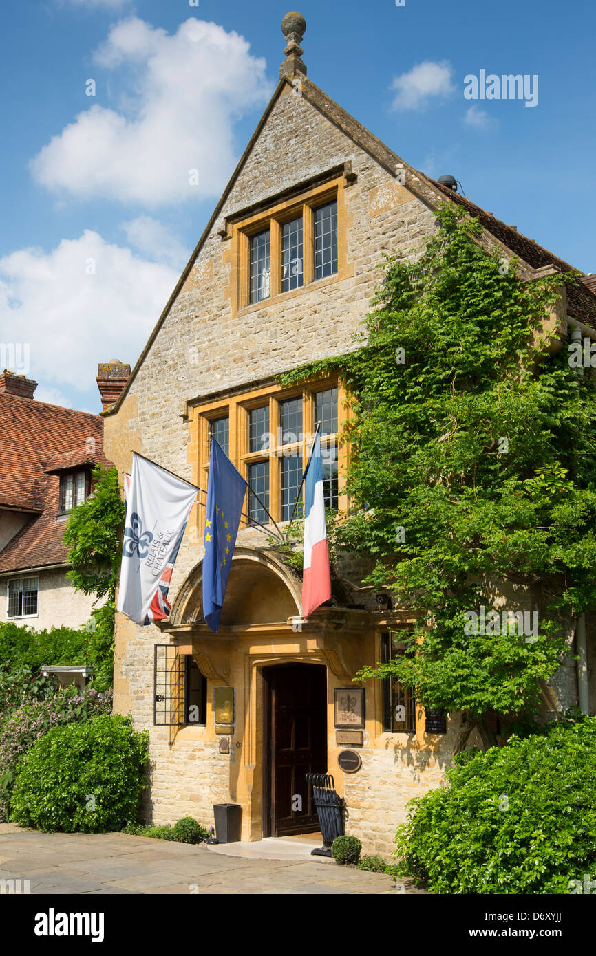 Le manoir aux quat saisons luxury hotel founded by raymond blanc the front entrance at great milton in oxfordshire uk