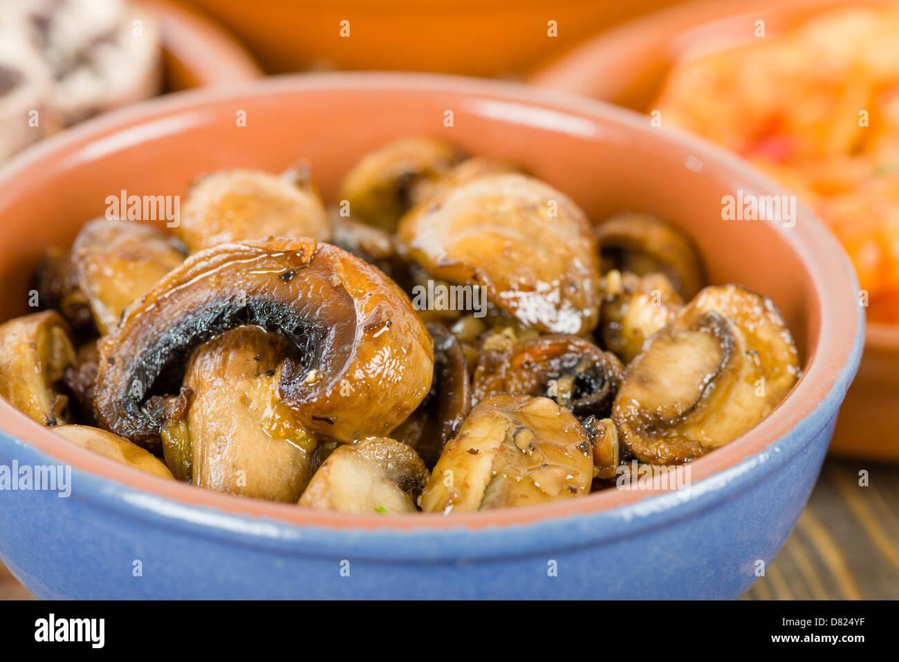 Setas al ajillo mushrooms with garlic traditional - Setas cultivadas al ajillo ...