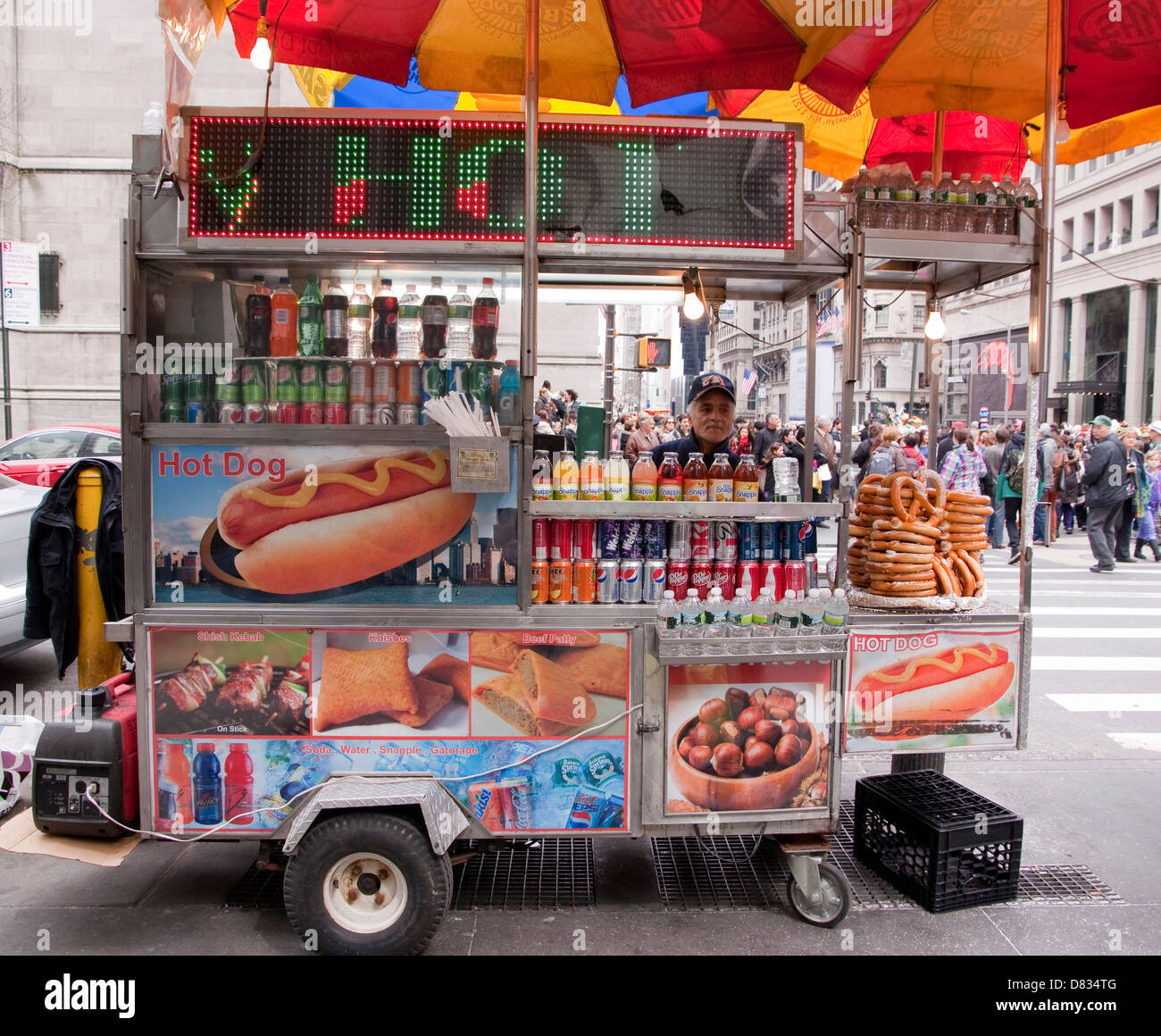 Street food vendor in midtown Manhattan selling hot dogs ...