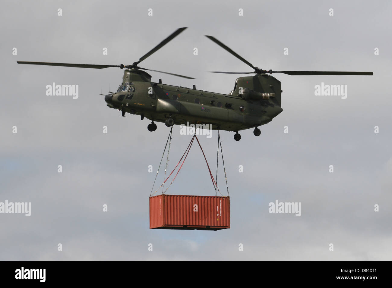 ✮ SPIRIT BRINGERS: THE SIDER STORIES (ANTES LABERINTO DE LA DEMENCIA ☠) - Página 6 Royal-air-force-chinook-carrying-load-container-D84XT1