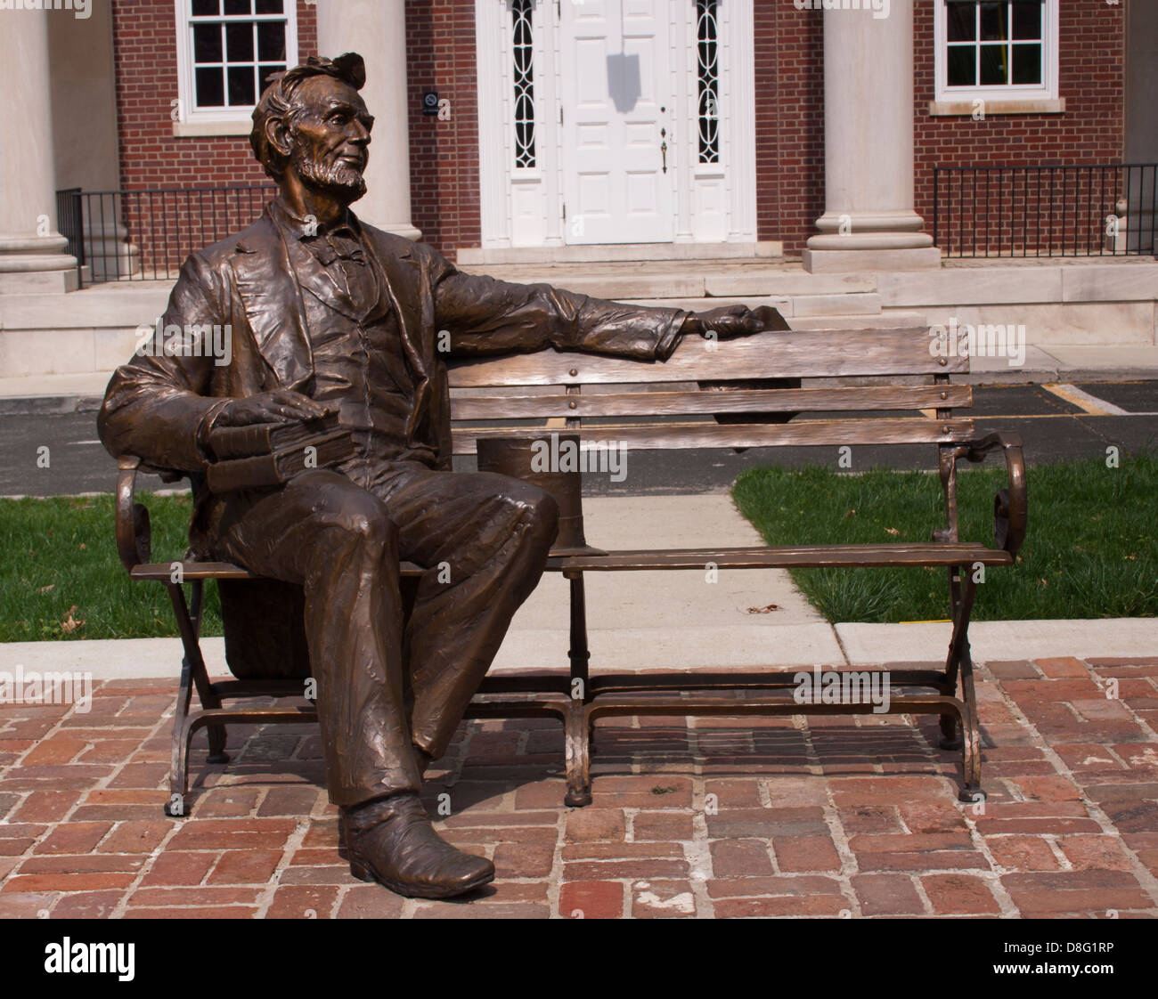Abraham Lincoln Statue Sitting On A Bench In Bowling Green
