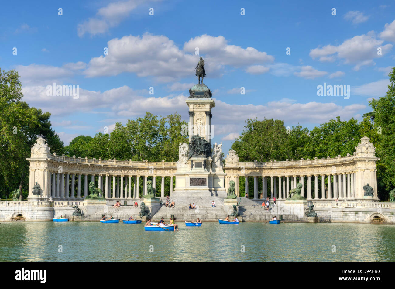 Monument to alfonso xii and boating lake at parque del for Parque del retiro barcas