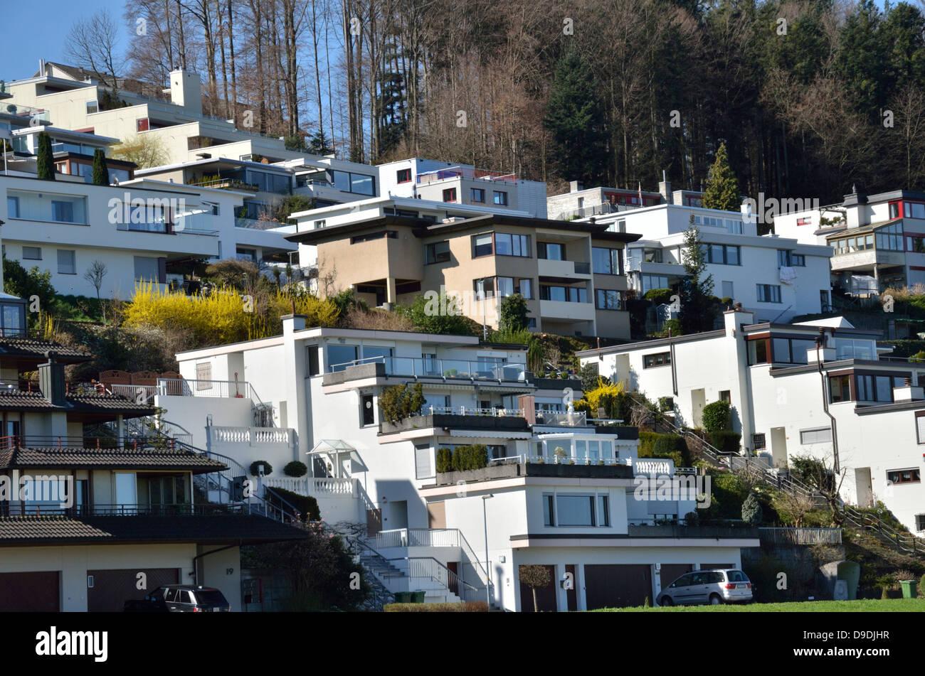 Modern houses on a hillside in pf ffikon zurich for Modern house zurich