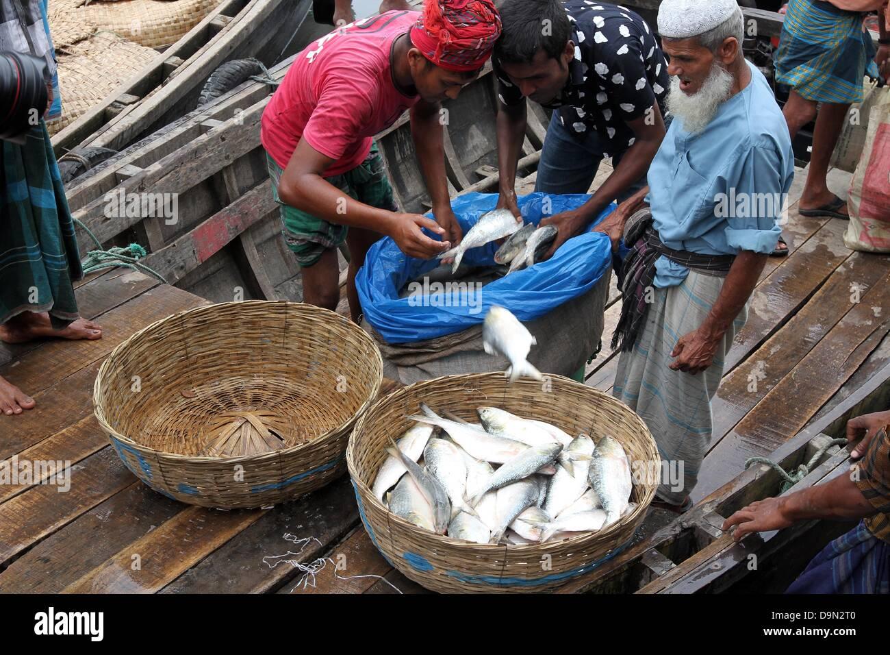 Bangladesh laborers at a wholesale fish market in barisal for Wholesale fish market