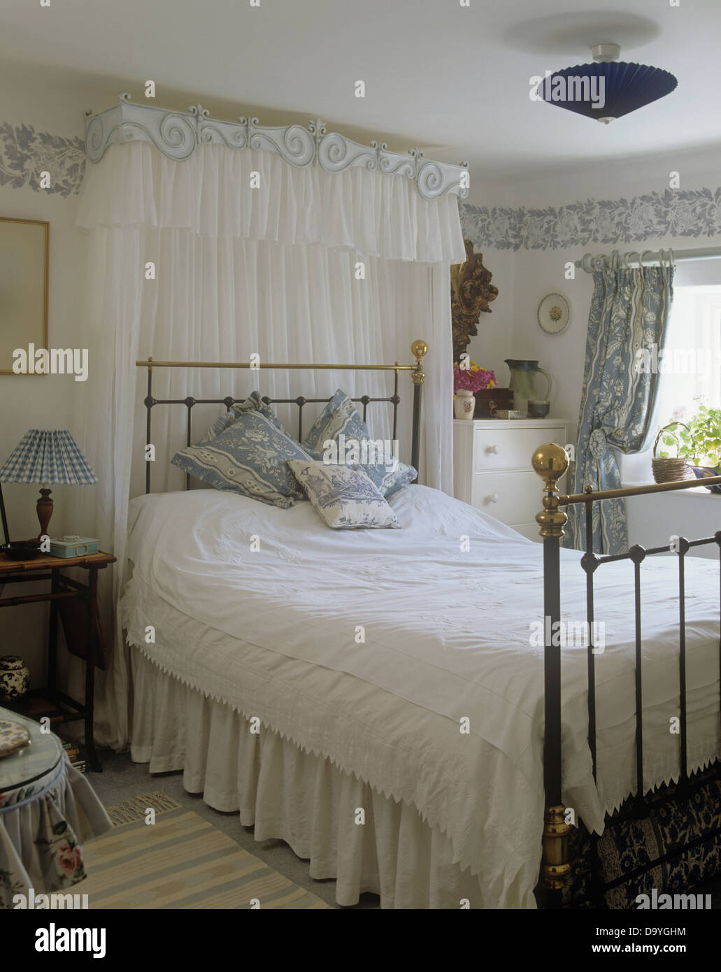 Bedroom ceiling drapes - Canopy With White Voile Drapes Above Brass Bed With White Lace Bed Cover In Cottage Bedroom With Wallpaper Border Below Ceiling