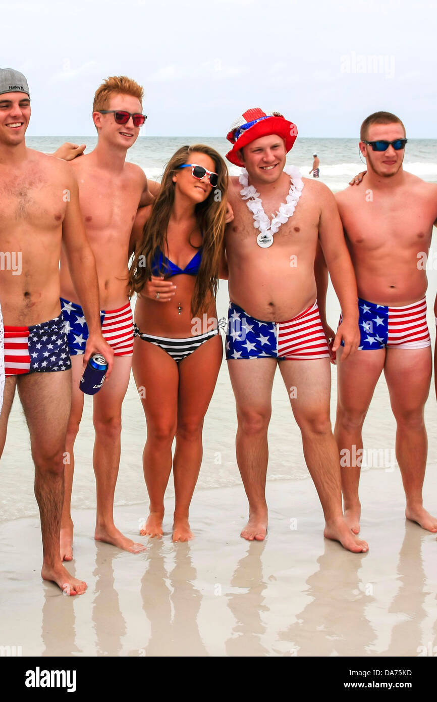 College guys and girls wear patriotic Stars and Stripes ...