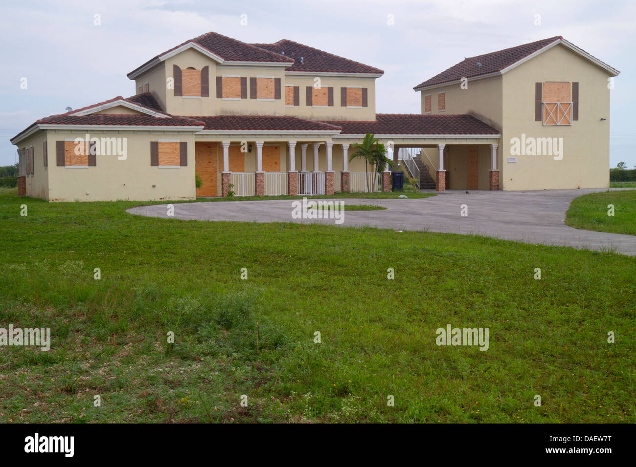 Miami homestead florida redland mansion boarded up vacant for Foreclosed mansions in florida