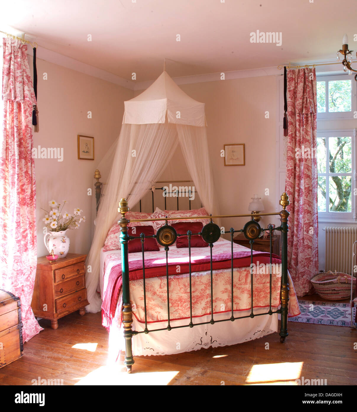 Bedroom Decorating Ideas Totally Toile: White Voile Mosquito Net Above Brass Bed With Toile De