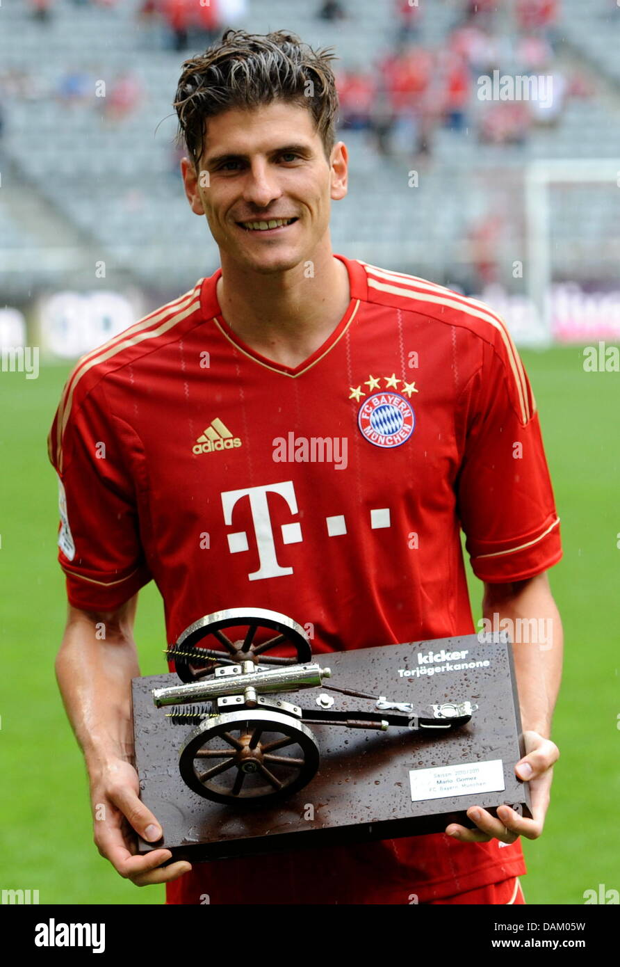 Munich s Mario Gomez holds the top score canon in his hands after