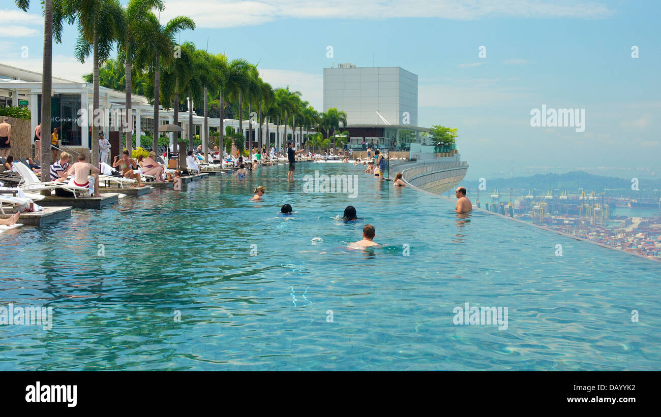 Guests Of Marina Bay Sands Enjoying A Swim At The Hotel 39 S Rooftop Stock Photo Royalty Free