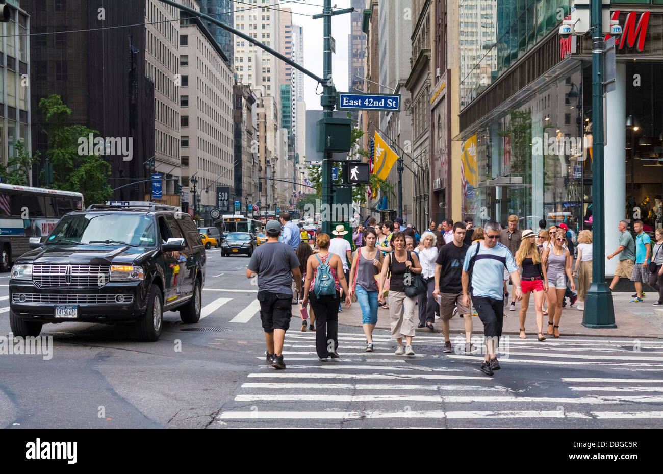 Manhattan street scene - people walking across a downtown ...