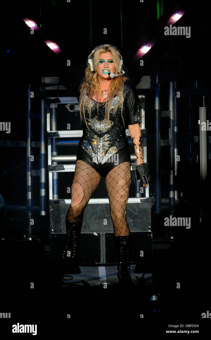 keha-aka-kesha-performing-on-stage-durin