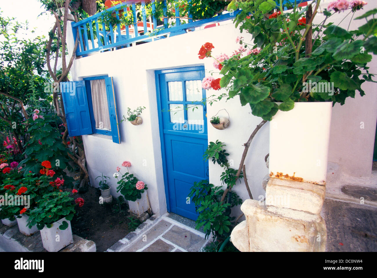 Mykonos greece white house with blue trim and geraniums - White house with blue trim ...
