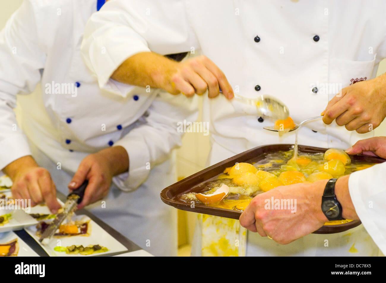 großküche vorbereitung pochierte eier trüffel reiben stock photo