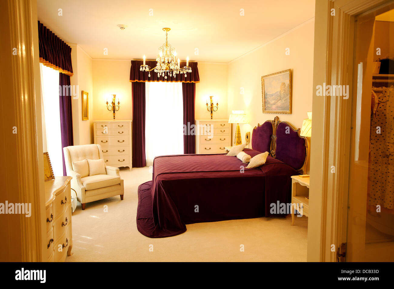 bedroom of elvis 39 s parents vernon and gladys at graceland the home of