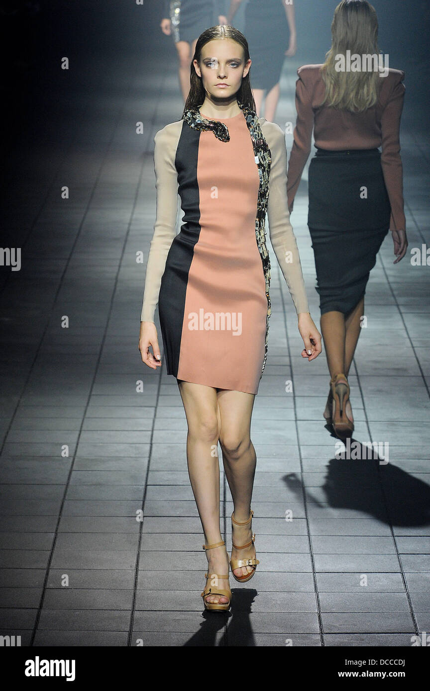 Model Paris Fashion Week Spring/Summer 2012 Ready To Wear ...