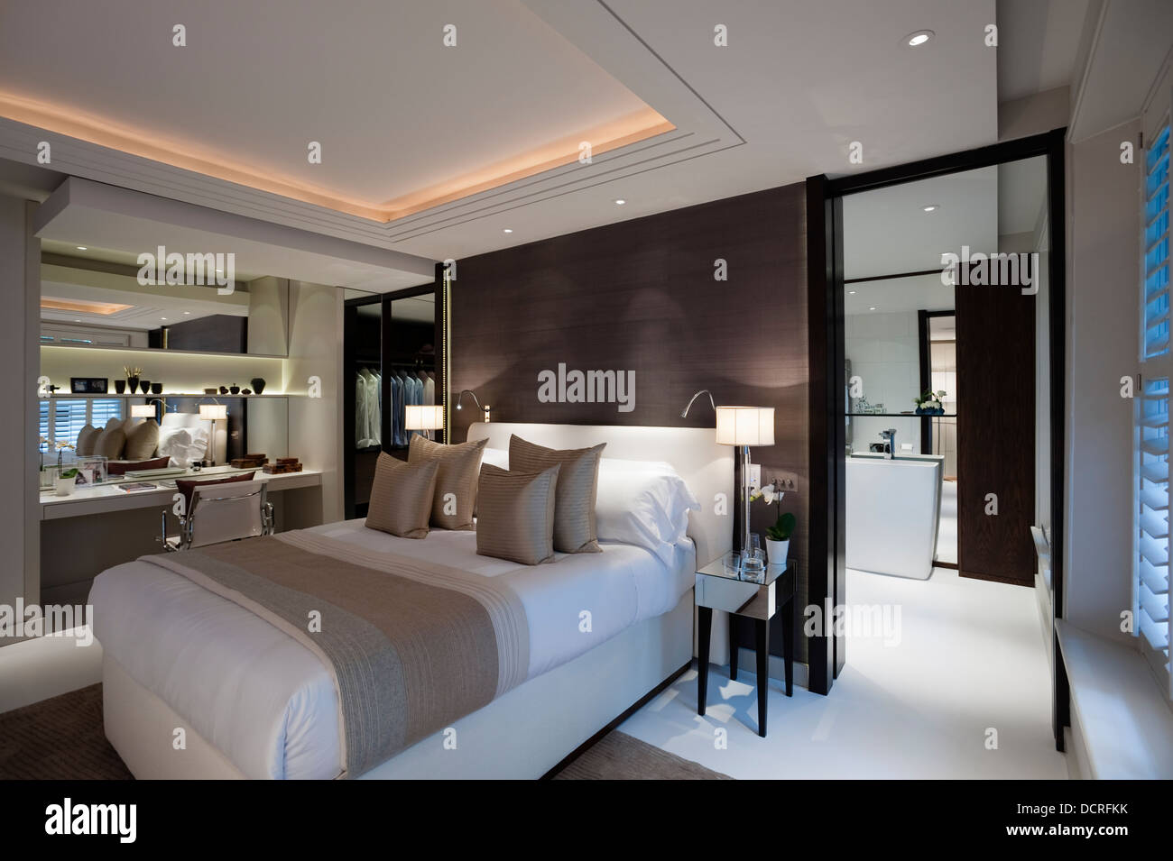 Bedroom of london city apartment with en suite bathroom for Bedroom designs with attached bathroom and dressing room