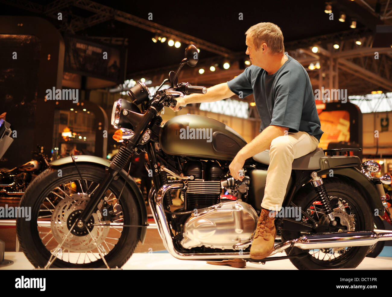 steve mcqueen lookalike mark myers poses on the triumph bonneville stock photo royalty free. Black Bedroom Furniture Sets. Home Design Ideas