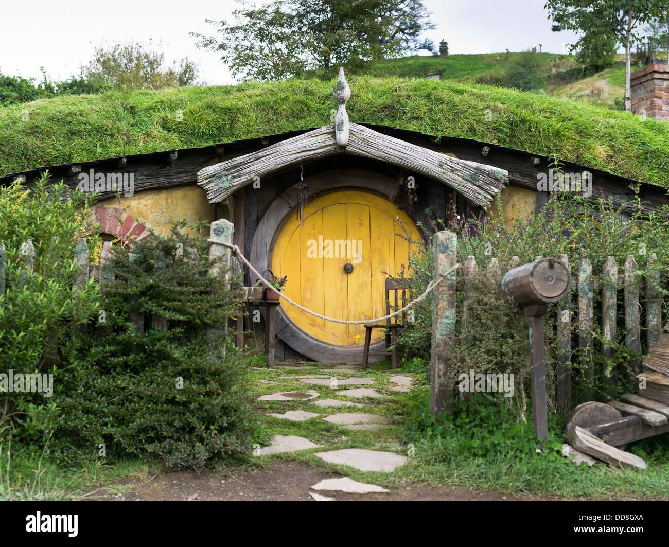 Dh Hobbiton New Zealand Hobbits Cottage Door Garden Film
