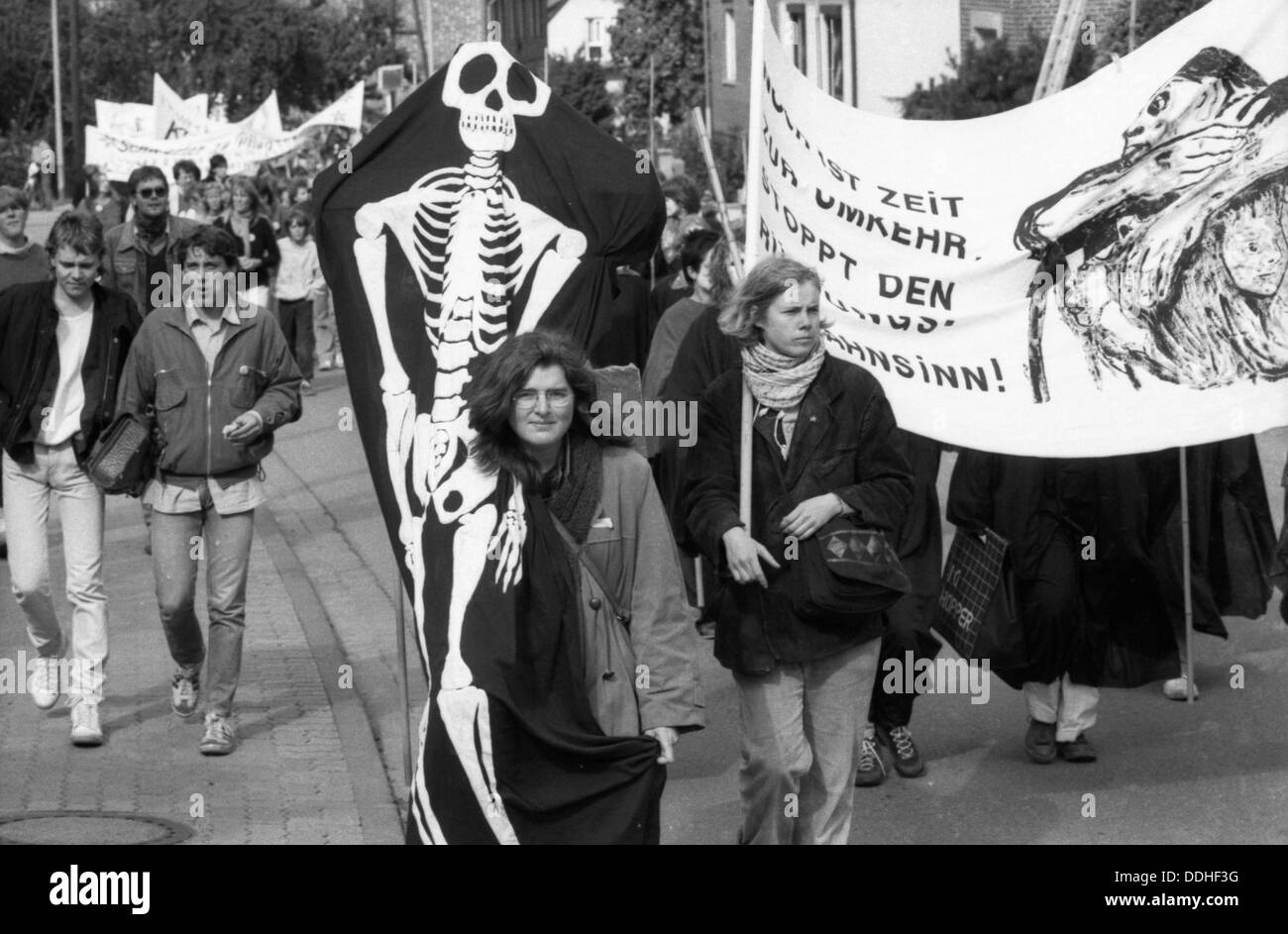 a women s peace organized women of various organizations of a women s peace organized women of various organizations of the peace movement in the lower saxon hildesheim 29 years ago