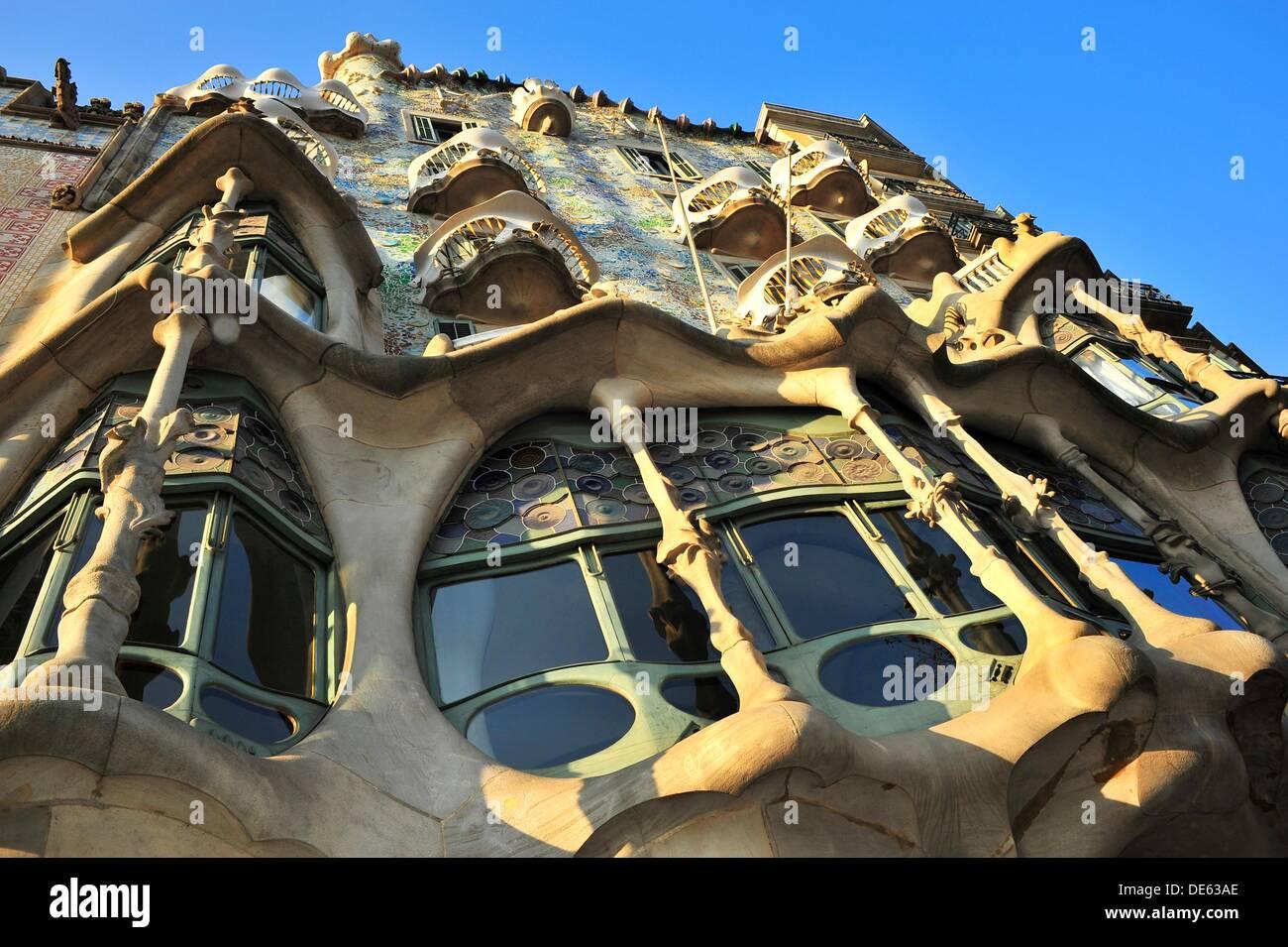 fachada de la casa batll estilo modernista siglo xx antoni gaud i cornet barcelona catalunya espaa