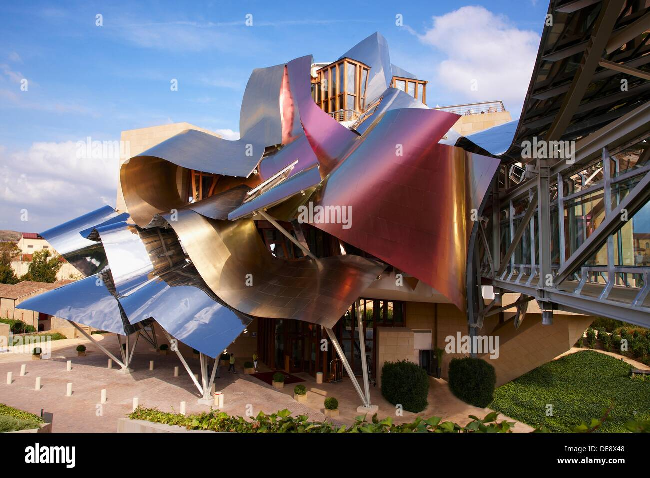 Hotel designed by frank gehry bodegas marques de riscal - Arquitecto bodegas marques de riscal ...
