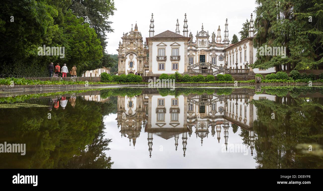 Casa de mateus mateus palace with extensive gardens for Casa de jardin mobile home park