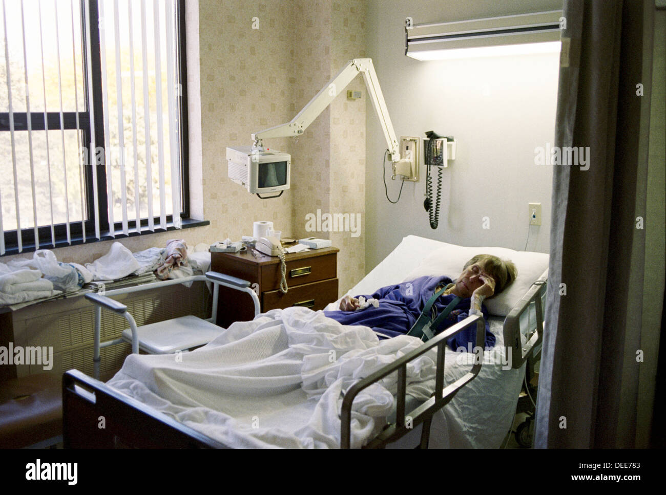 Cardiac chair hospital bed - Woman Age 84 In Cardiac Hospital Ward Poughkeepsie New York Usa Stock