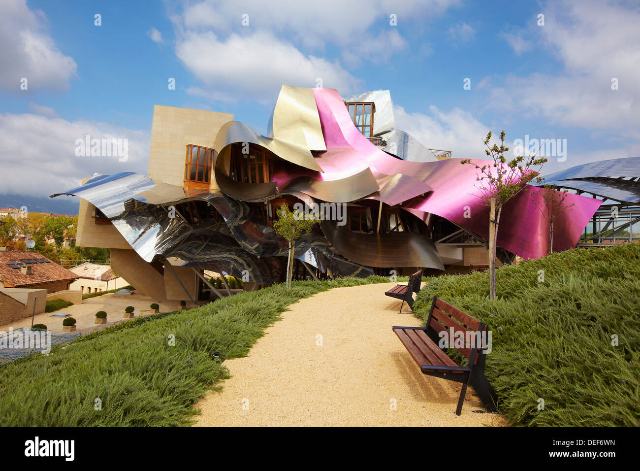 Hotel designed by frank gehry bodegas marques de riscal for Hotel el ciego marques de riscal