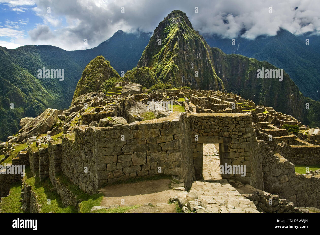 incan civilization Smallpox causing disaster for the incas 1527 ad- sapa inca huayna capac died of smallpox the civil war weakened the inca empire casualties and losses : at least 100,000 killed and tumebamba city destroyed inca empire was too big to control from the capital cuzco.