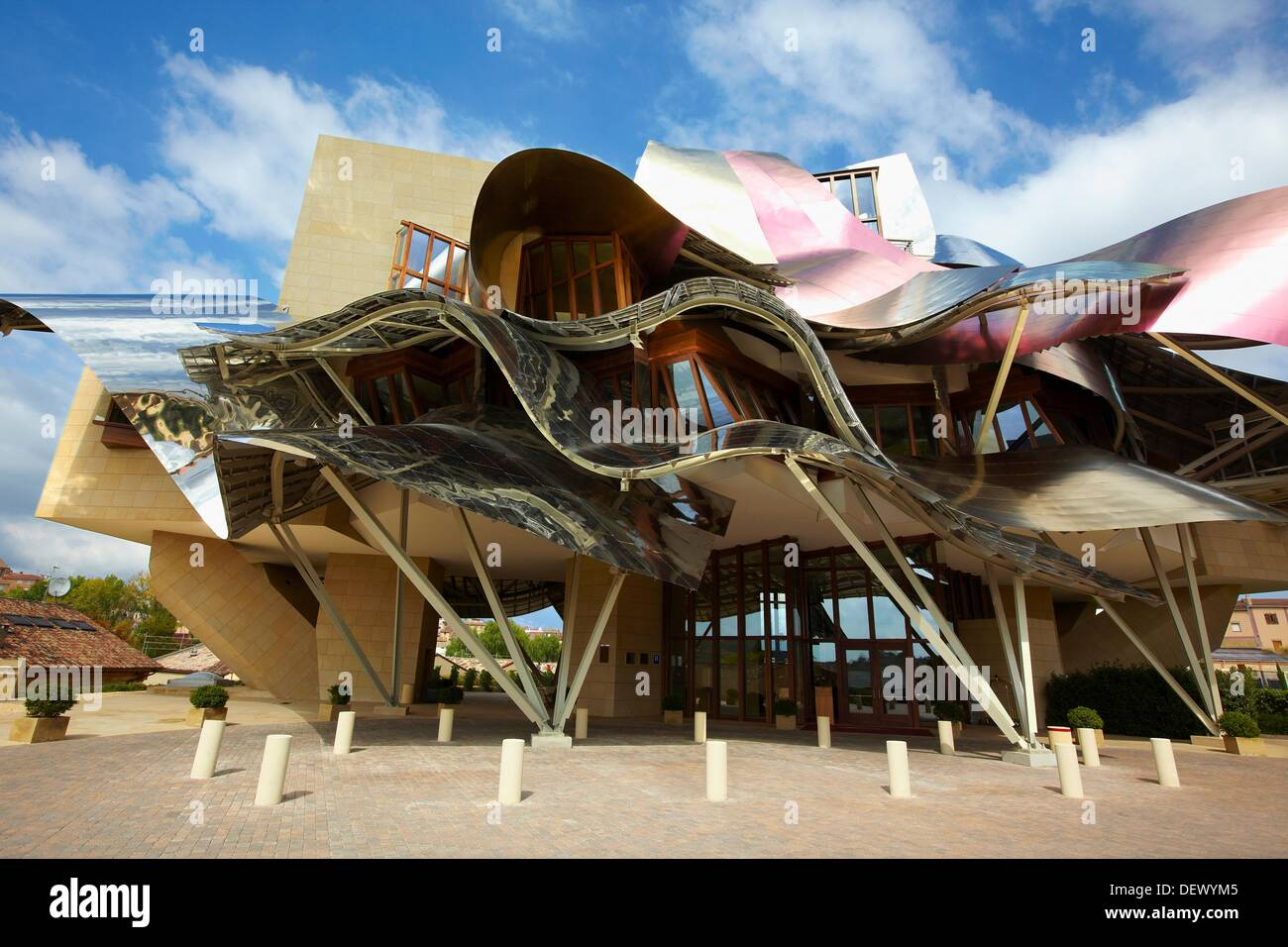 Hotel designed by frank gehry bodegas marques de riscal for Bodegas marques de riscal