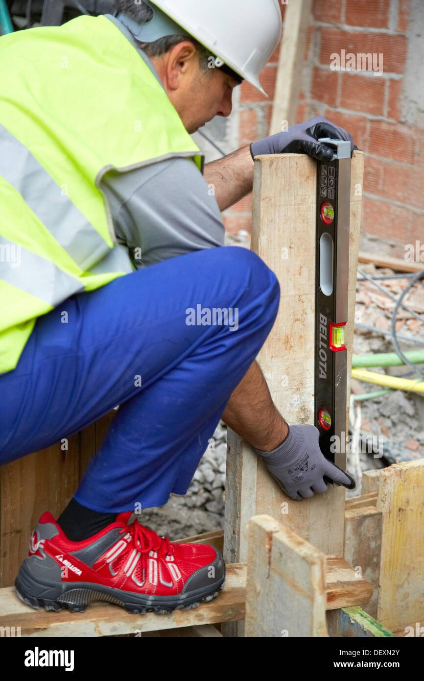 level hand tools for construction construction worker