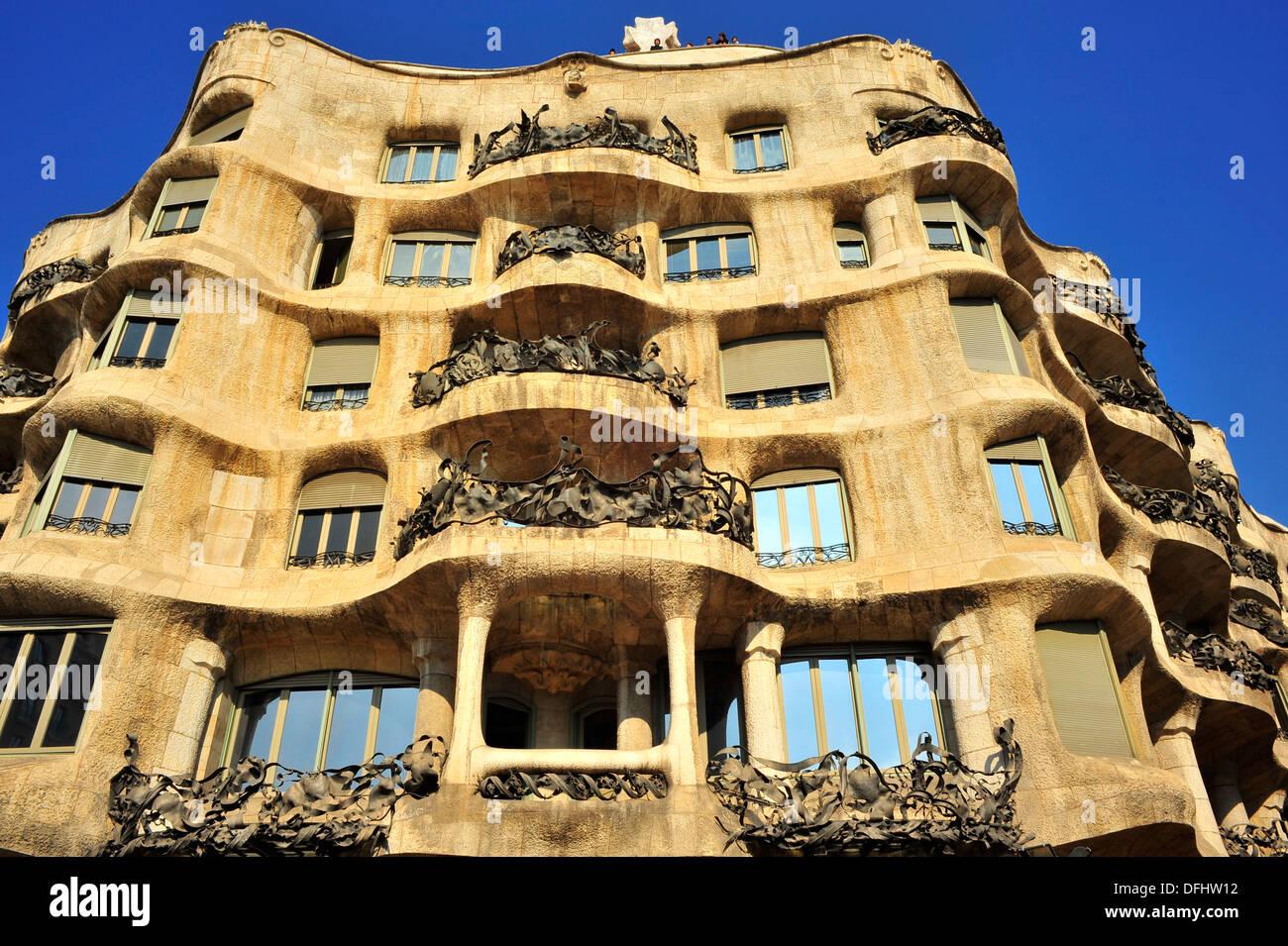 Edificio de estilo modernista casa mil la pedrera siglo - Casas modernistas barcelona ...