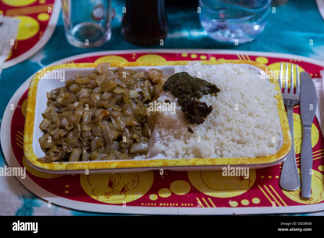 Senegal lunch in a diourbel restaurant c 39 est bon is a for Cuisine senegalaise c est bon