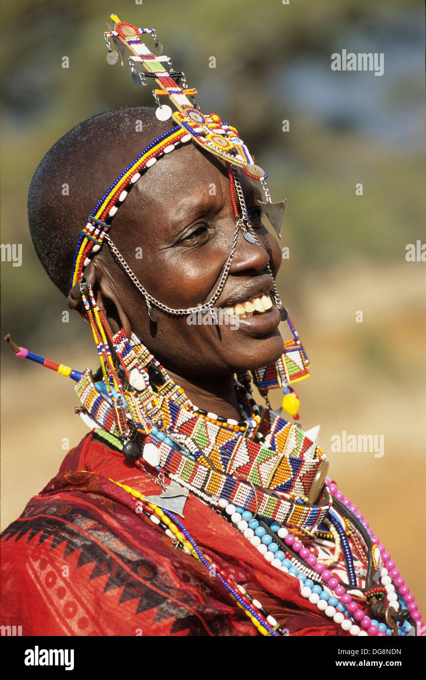 femme masai portant des bijoux de perles extraordinaires en regard du stock photo royalty free. Black Bedroom Furniture Sets. Home Design Ideas