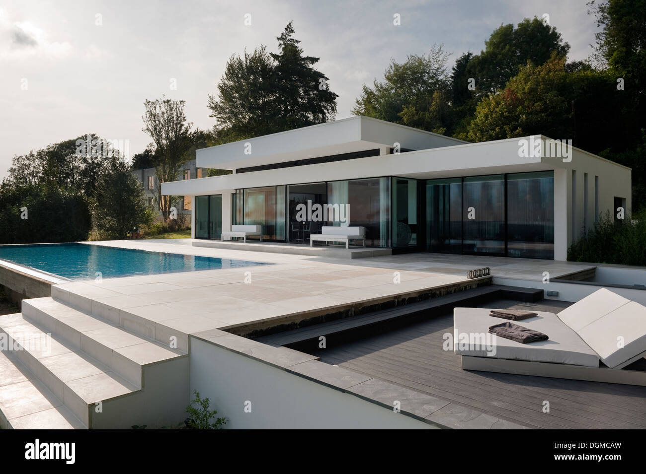 modern bungalow with infinity pool in the kent sussex borders stock photo 61914353 alamy. Black Bedroom Furniture Sets. Home Design Ideas