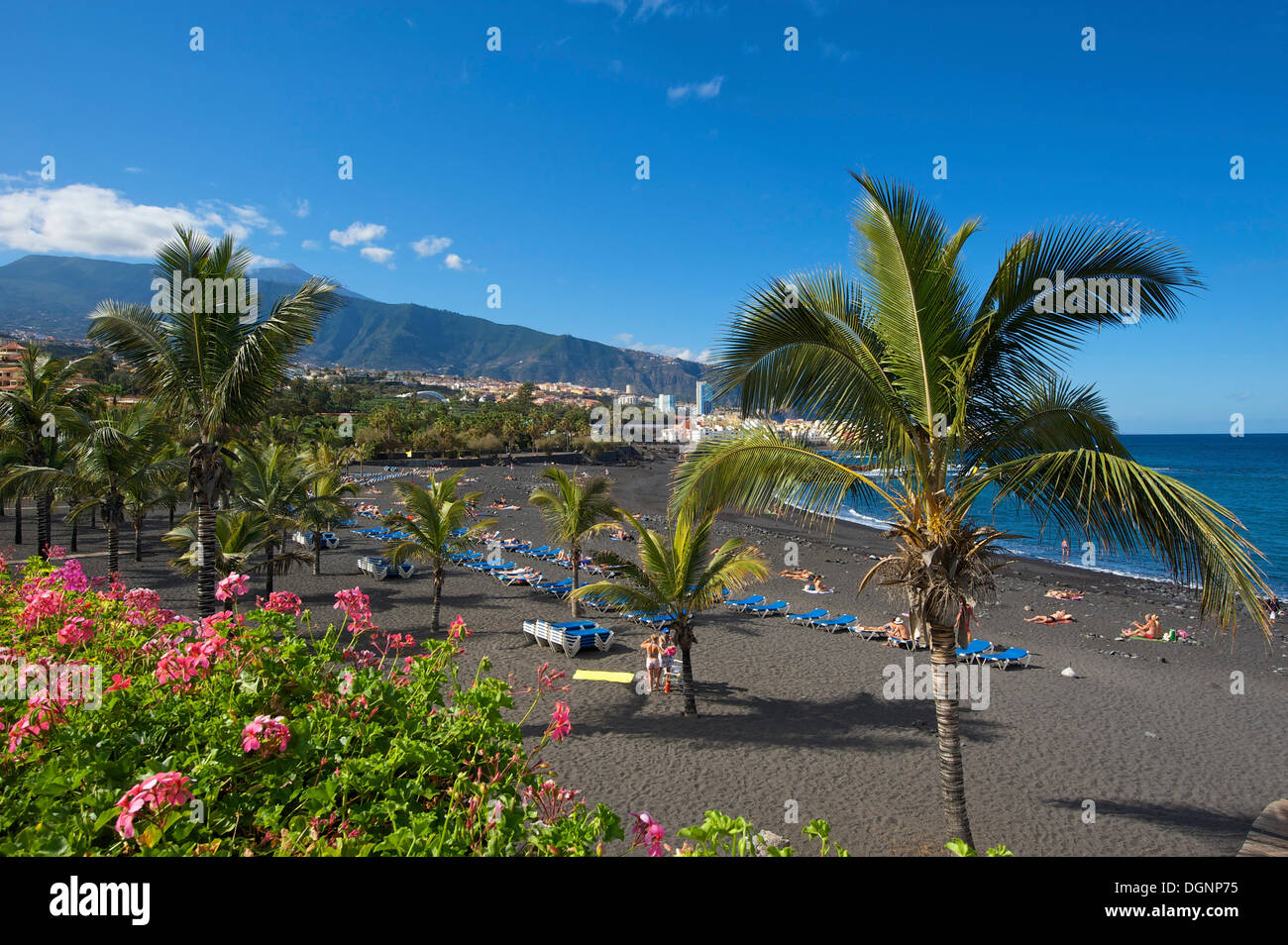 Beach playa jardin with mount teide volcano in puerto de for Aparthotel jardin de playa