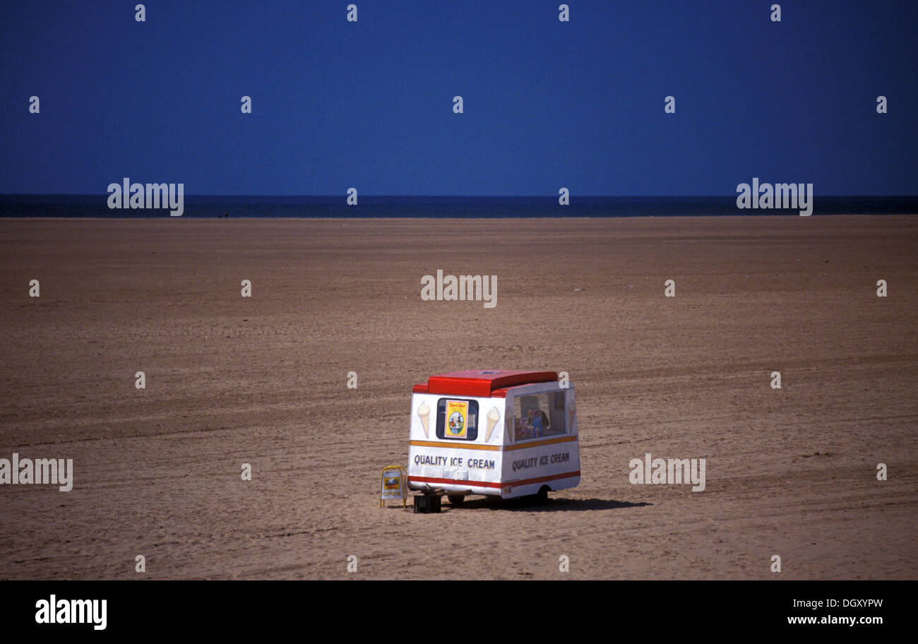 Ice_cream_van_in_a_isolated_beach_in_Lyt
