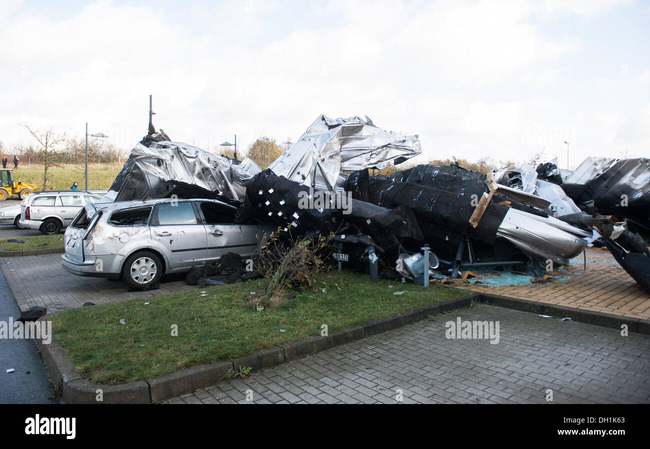 Flensburg, Germany. 29th Oct, 2013. Parts of the roof lie on cars ...
