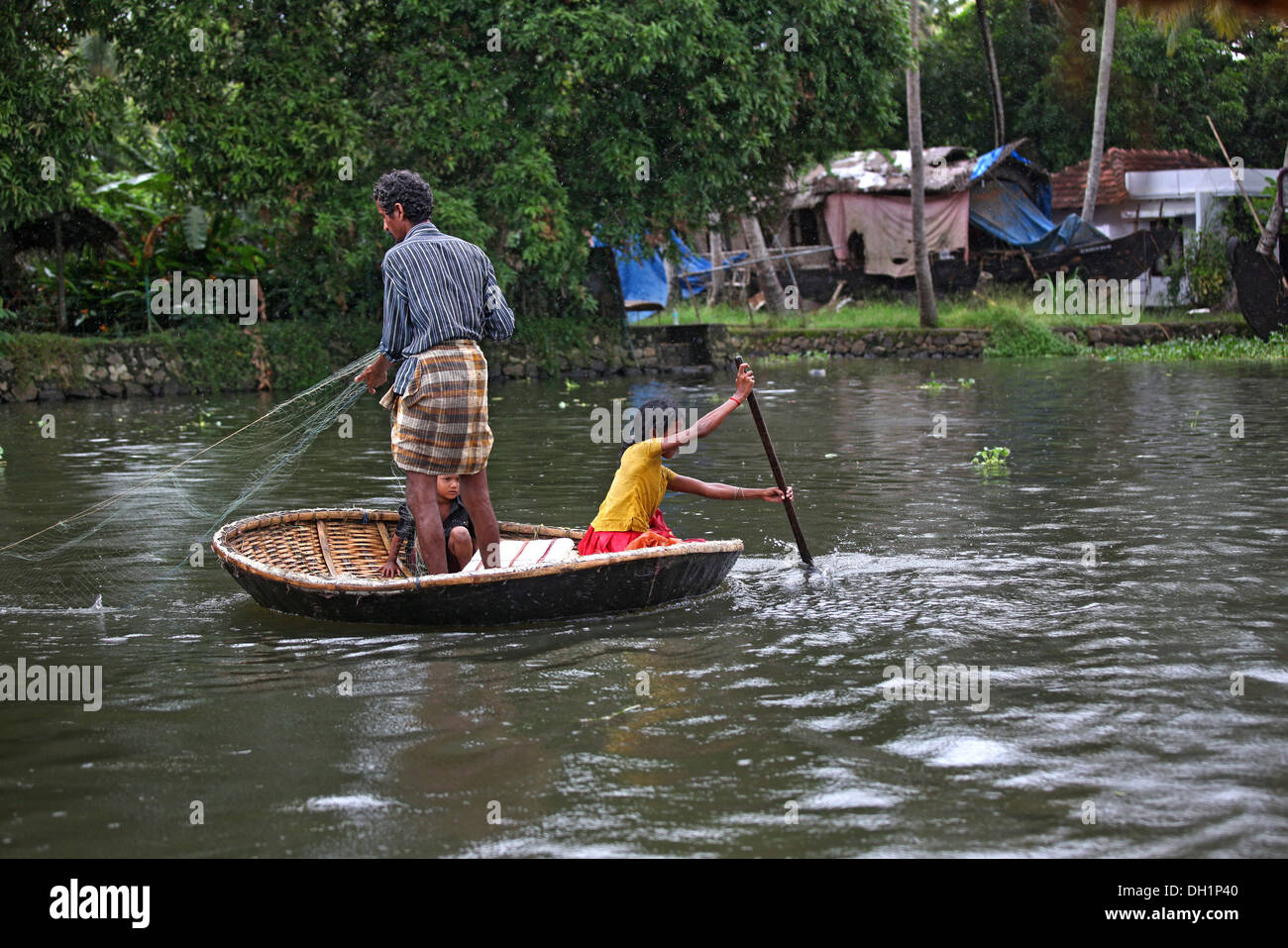 Fishing in round boat in punnamada lake at alleppey kerala for Round fishing boat