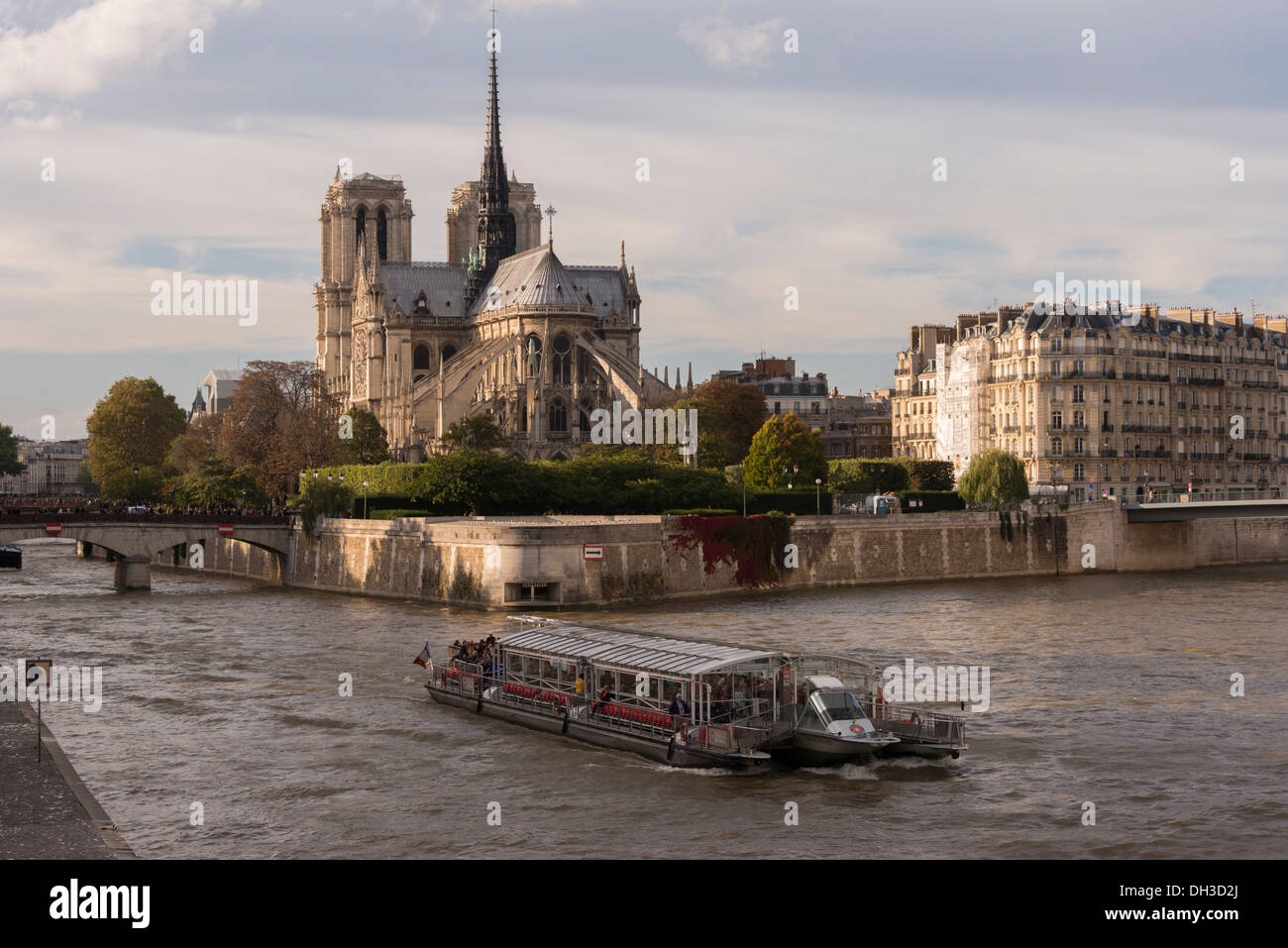 notre dame and bateau mouche on the river seine autumn in paris stock photo 62156378 alamy. Black Bedroom Furniture Sets. Home Design Ideas