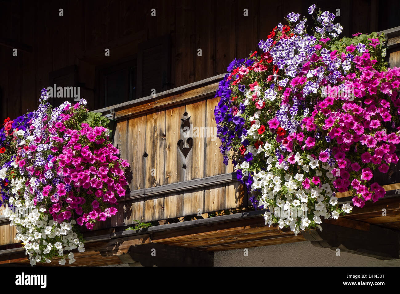 kochel am see kochelsee balkonblumen an einem bauernhaus bayern stock photo royalty free. Black Bedroom Furniture Sets. Home Design Ideas