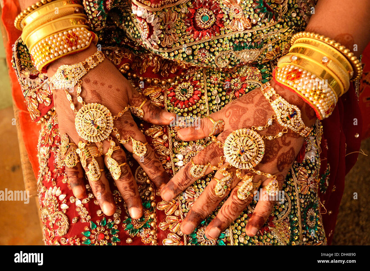shi 180178 - Woman wearing traditional gold Jewellery in hands ...