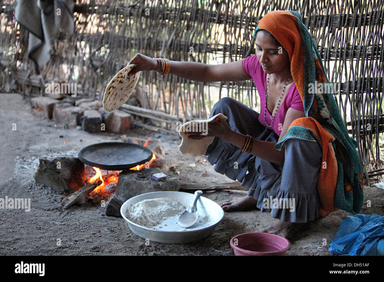 http://c8.alamy.com/comp/DH51AF/tribal-woman-cooking-food-on-hearth-jhabua-madhya-pradesh-india-DH51AF.jpg Indian Woman Cooking