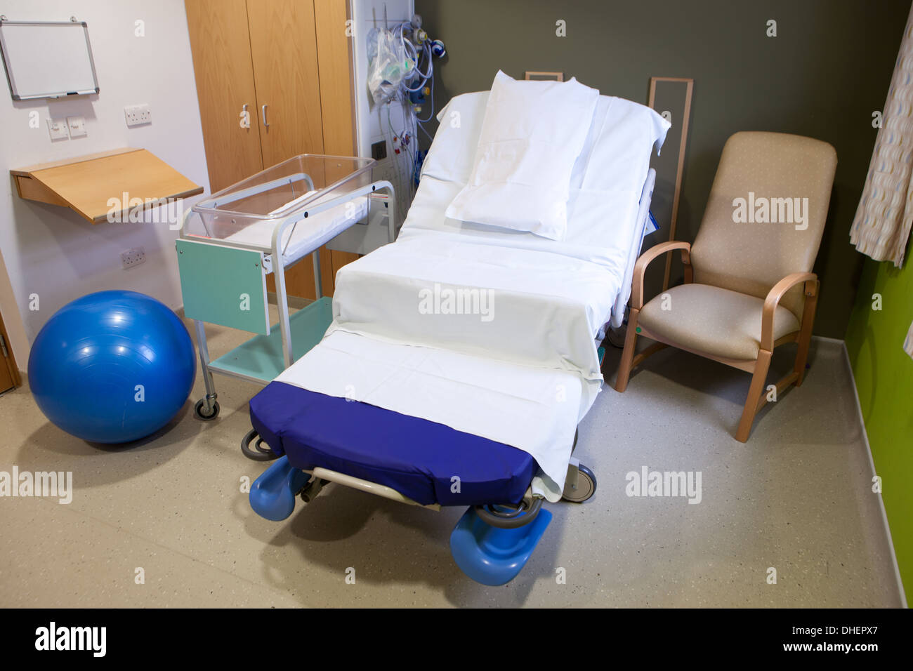 Cardiac chair hospital bed - Hospital Bed On A Maternity Ward Uk Stock Image