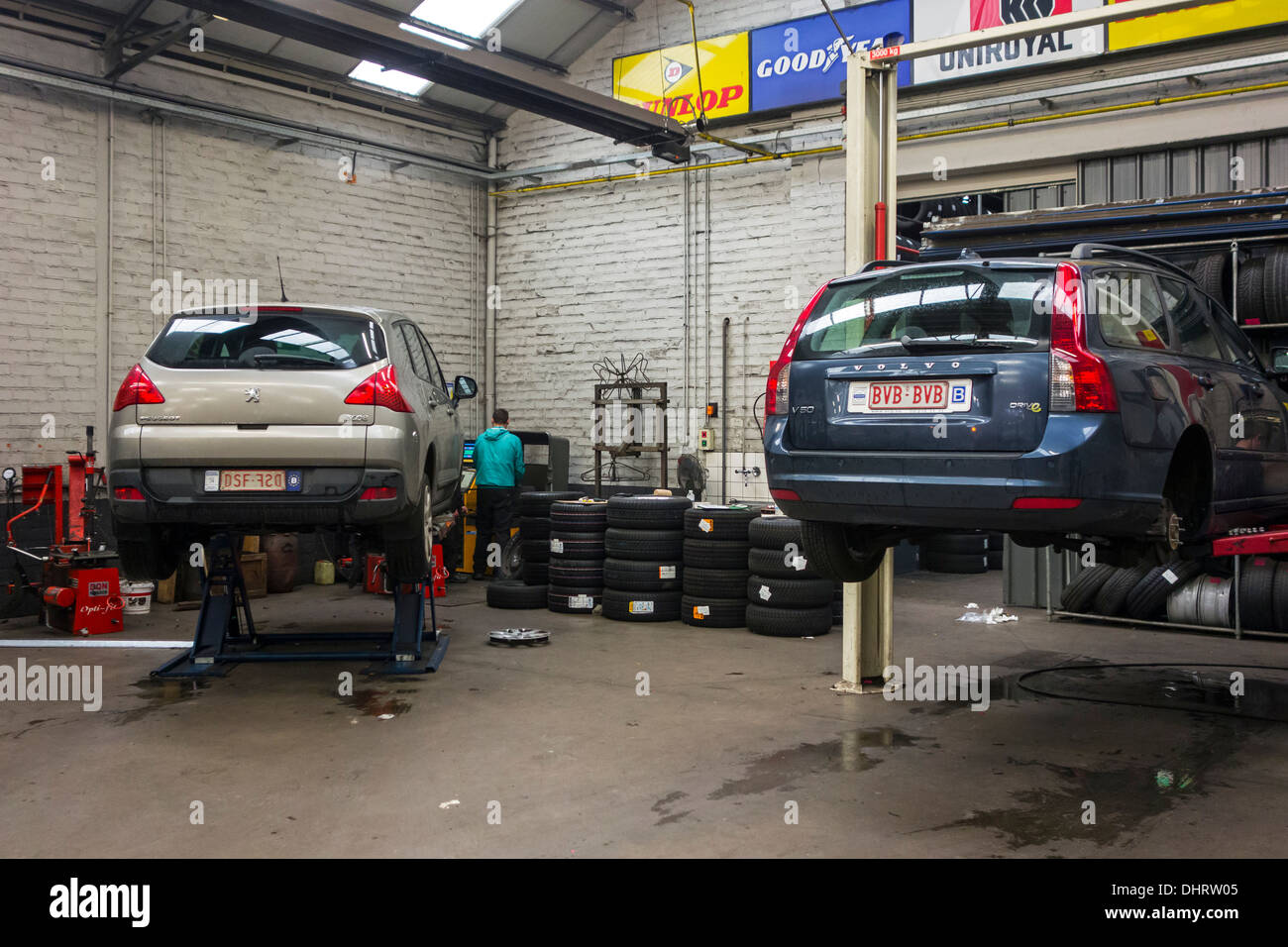 Car mechanic changing summer tyres and mounting winter for Garage europe auto center fresnes