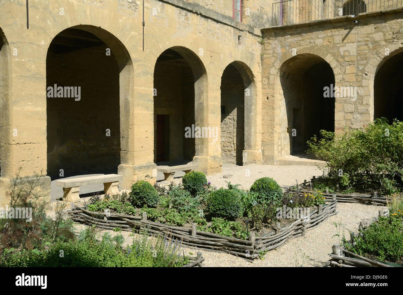 Medieval garden and courtyard of ch teau de l 39 emp ri stock for Salon medieval